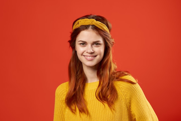 Jolie femme en pull jaune tenant sa tête émotions mode hippie. photo de haute qualité