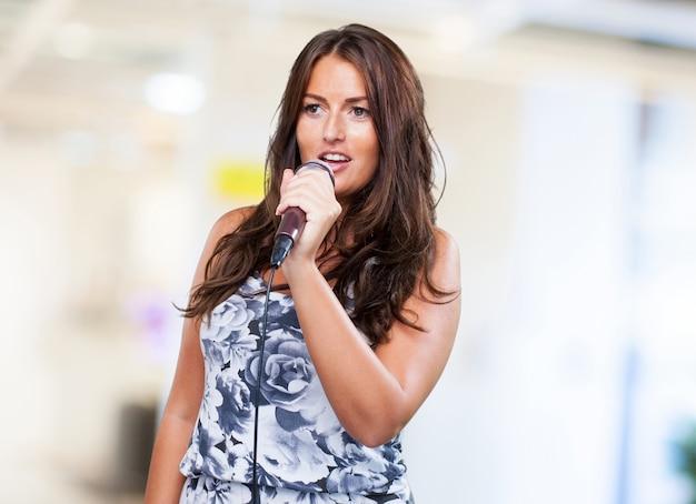 Jolie femme qui chante
