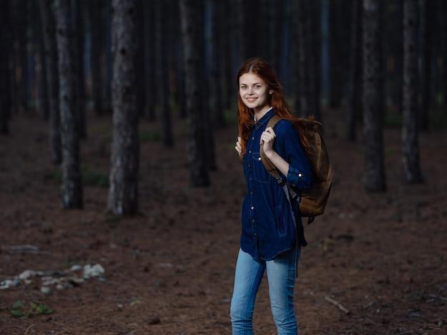 Jolie femme randonneur sac à dos forêt nature marche liberté