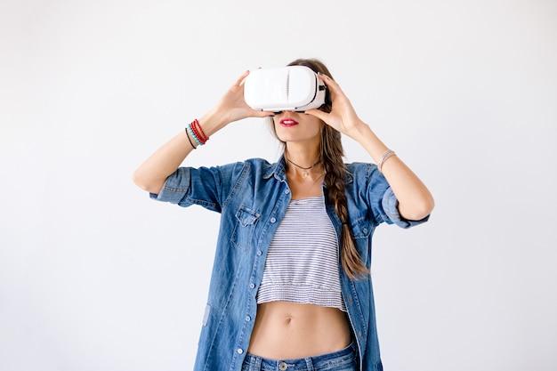 Jolie femme en réalité virtuelle