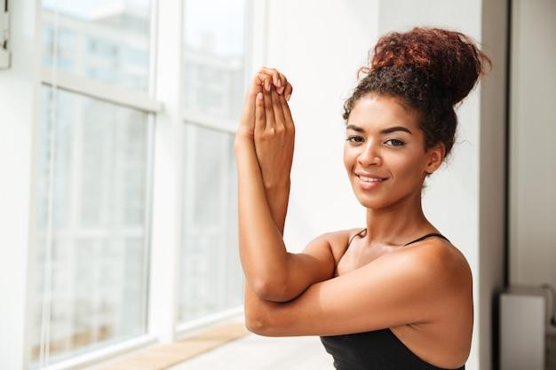 Jolie femme de remise en forme à la recherche et à faire de l'exercice