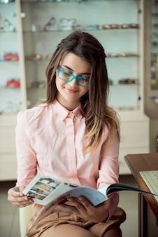 Jolie femme sur rendez-vous dans un bureau de spécialiste des yeux