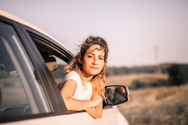 Jolie femme sur un road trip