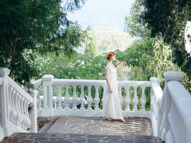 Jolie femme en robe blanche parc nature princesse glamour