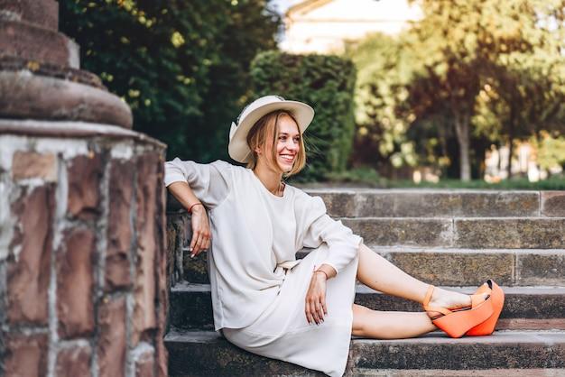 Jolie femme en robe blanche vantage en plein air
