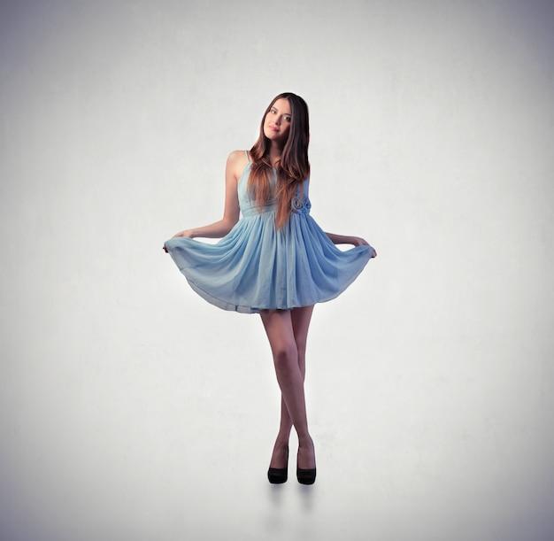 Jolie femme en robe bleue