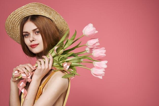 Jolie femme en robe et bouquet de fleurs jour des femmes de vacances.