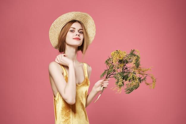Jolie femme robe dorée fleurs romance été humeur décoration