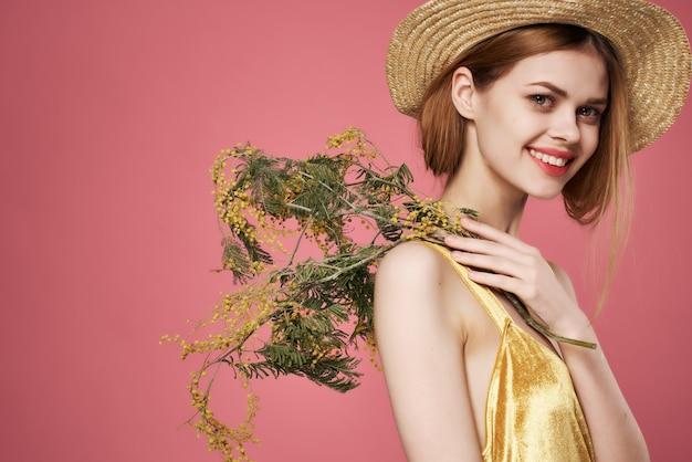 Jolie femme en robe fleurs maquillage cadeau romance