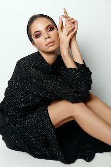 Jolie femme en robe noire vêtements à la mode look attrayant maquillage. photo de haute qualité