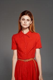 Jolie femme en robe rouge fashion style élégant fond isolé. photo de haute qualité
