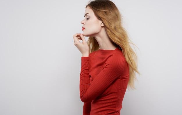Jolie femme en robe rouge posant luxe glamour de style élégant. photo de haute qualité