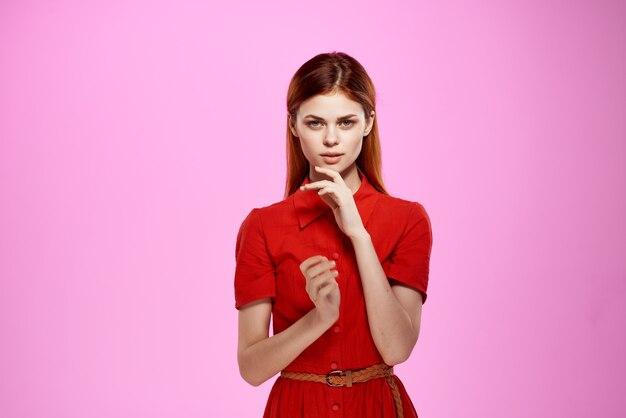 Jolie femme en robe rouge posant la mode romance. photo de haute qualité