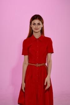 Jolie femme en robe rouge posant un studio look attrayant. photo de haute qualité