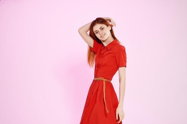 Jolie femme en robe rouge posant un studio look attrayant