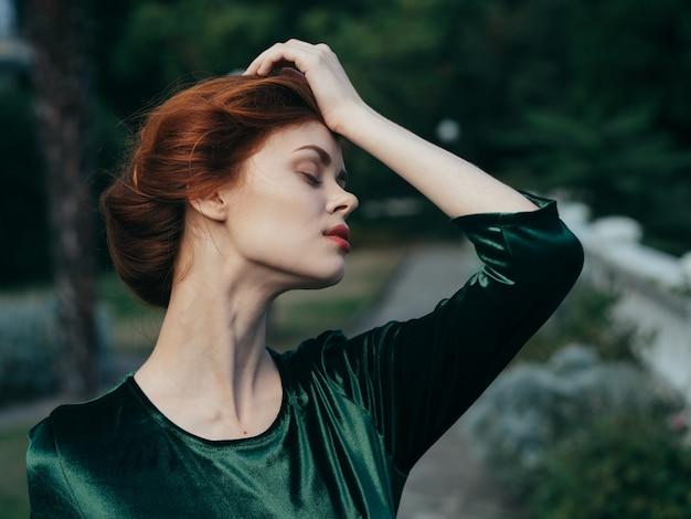 Jolie femme en robe verte cosmétique glamour mariage romance eau