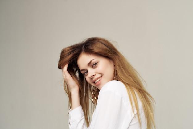 Jolie femme rousse décoration chemise blanche mode posant