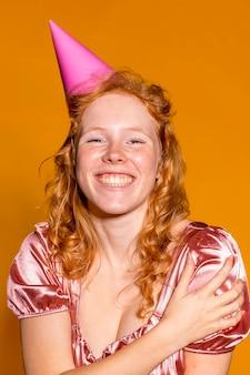 Jolie femme rousse faisant la fête pour son anniversaire