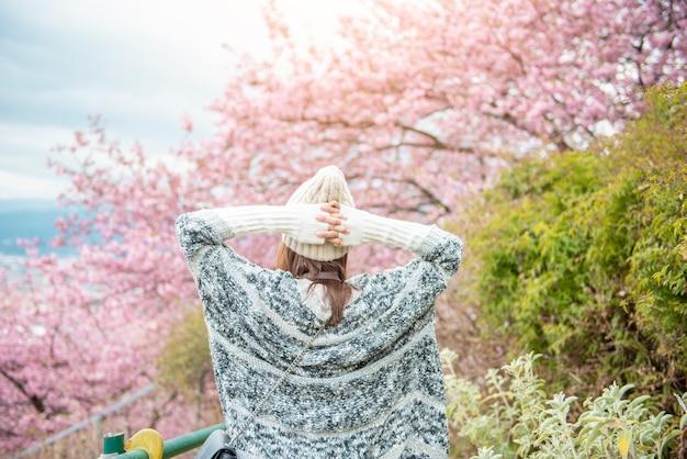 Jolie femme s'amuse avec cherry blossom à matsuda, japon