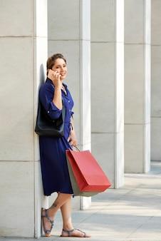 Jolie femme avec des sacs à provisions