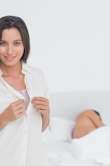 Jolie femme se faufiler hors du lit