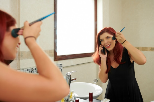 Jolie femme se maquiller