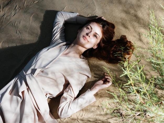 Jolie femme se reposant dans le style de vie d'été d'air frais