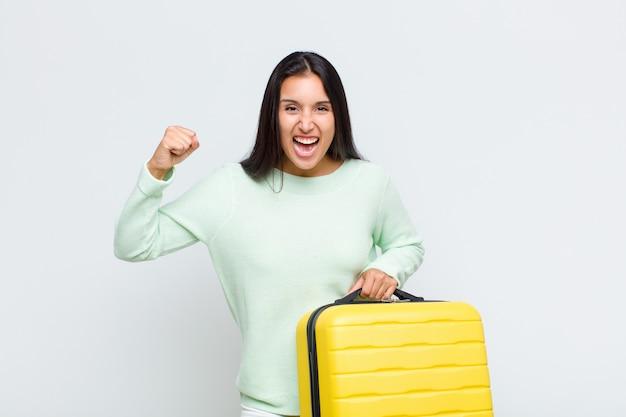 Jolie femme se sentant choquée, excitée et heureuse, riant et célébrant le succès, disant wow!