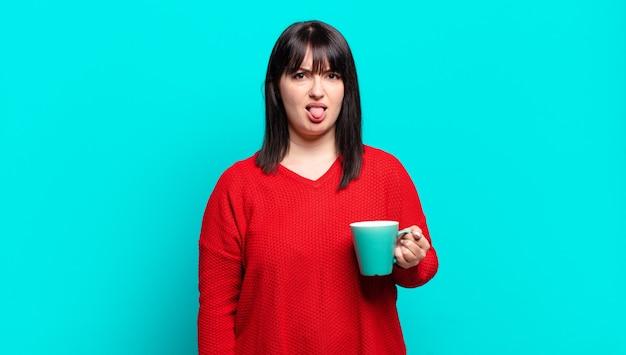 Jolie femme se sentant dégoûtée et irritée, tirant la langue