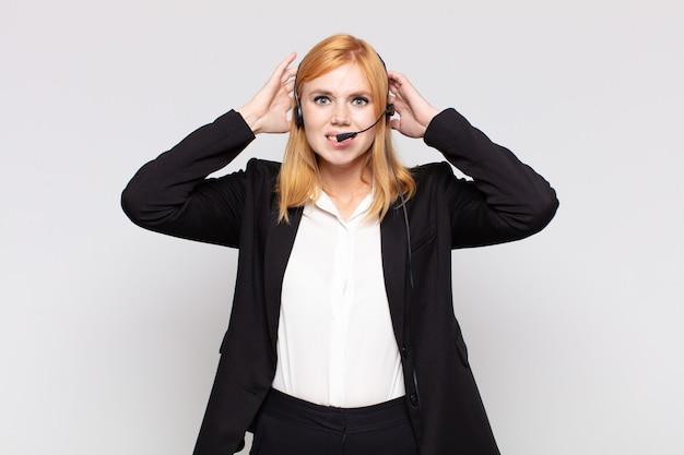 Jolie femme se sentant stressée, inquiète, anxieuse ou effrayée, les mains sur la tête, paniquée par erreur