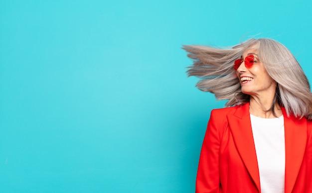 Jolie femme senior cheveux gris heureux et insouciant
