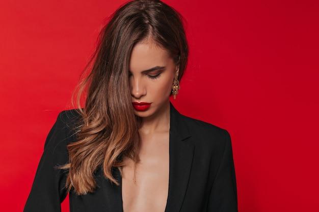 Jolie femme sensible avec maquillage de soirée à la saint-valentin