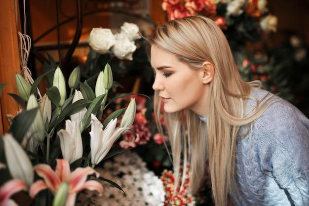 Jolie femme sentant les fleurs