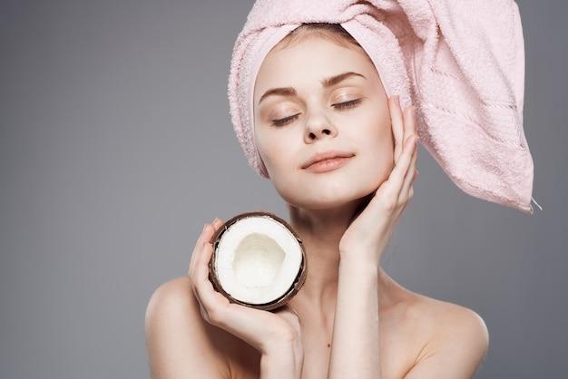Jolie femme avec serviette de tête faisant des soins de la peau