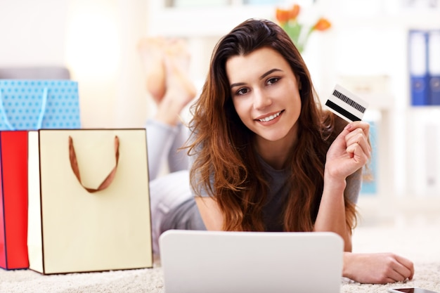 Jolie femme shopping en ligne avec carte de crédit