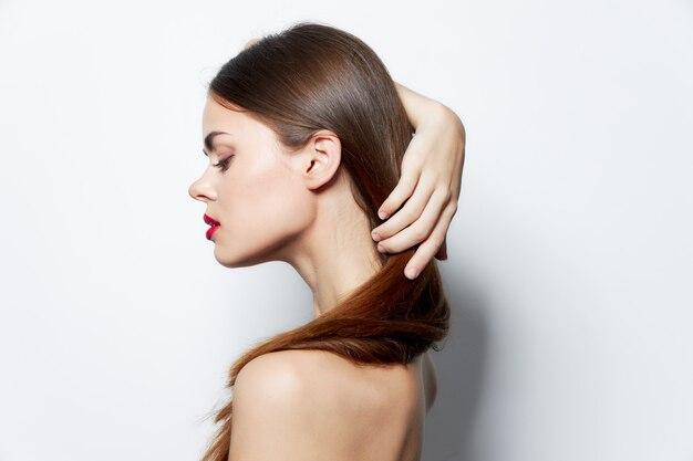 Jolie femme soins spa peau pure cheveux longs studio look naturel
