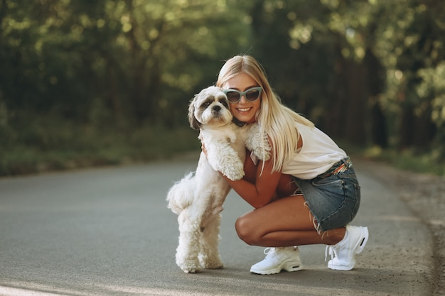 Jolie femme avec son chien dans le parc