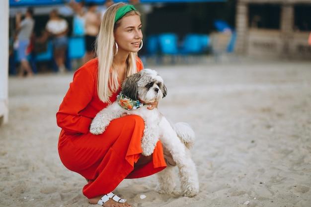 Jolie femme avec son chien mignon en vacances
