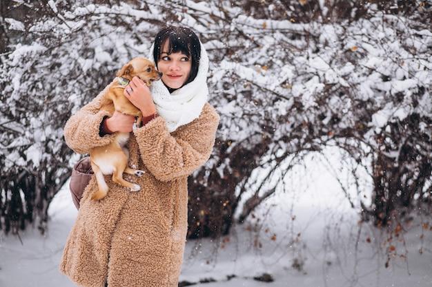 Jolie femme avec son petit chien mignon