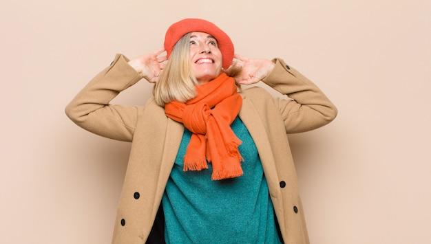 Jolie femme souriante et détendue, satisfaite et insouciante, riant positivement et se relaxant