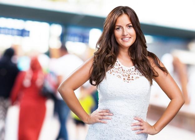 Jolie femme souriante sur fond blanc
