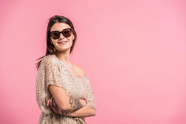 Jolie femme souriante à lunettes de soleil