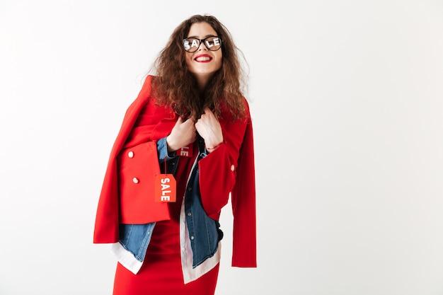 Jolie femme souriante portant des vêtements de vente