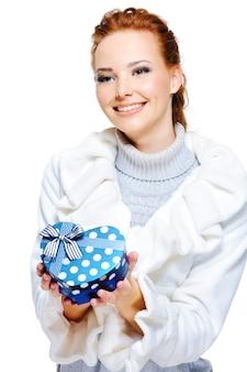 Jolie femme souriante présente le cadeau d'anniversaire