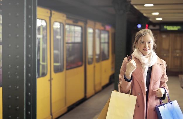 Jolie femme à la station de métro
