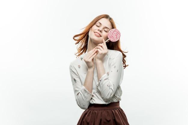 Jolie femme avec sucette dans les mains émotions joie