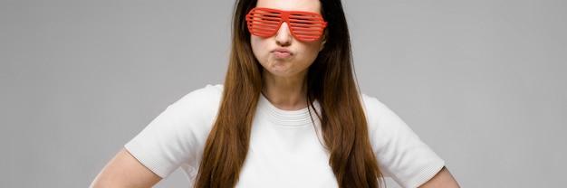 Jolie femme en surpoids à lunettes de soleil