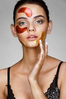 Jolie femme avec des taches de couleur sur son visage