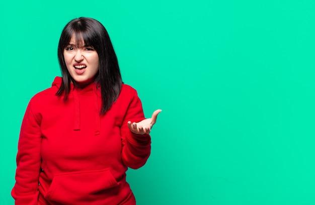 Jolie femme taille plus à la colère