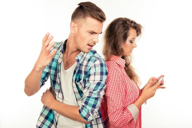Jolie femme taper un message en ignorant son petit ami